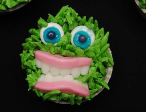 Scary-Decorating-Cupcakes-For-Halloween-300x231